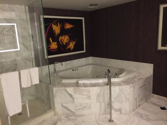 MGM Grand Hotel and Casino: Tower Spar Suite 18. Stock, Bad mit Whirlpool