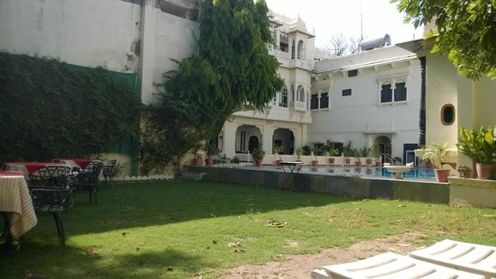 Hotel Mahendra Prakash: Pool side area