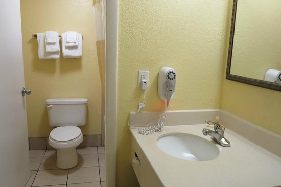 Days Inn Cocoa Beach: Toilet & sink
