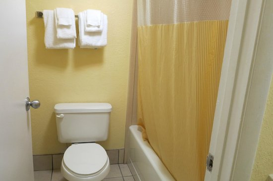 Days Inn Cocoa Beach: Bathroom