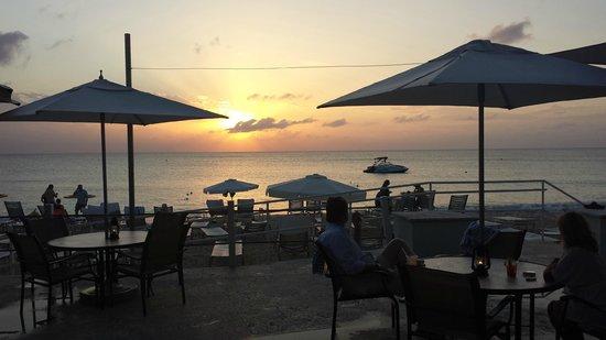 Grand Cayman Marriott Beach Resort : Outdoor dining at the Marriott