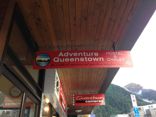 Adventure Queenstown Hostel: Sign for hostel on Camp Street