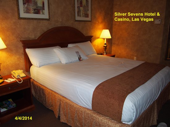 Silver Sevens Hotel & Casino: Comfortable Room with a King Size Bed