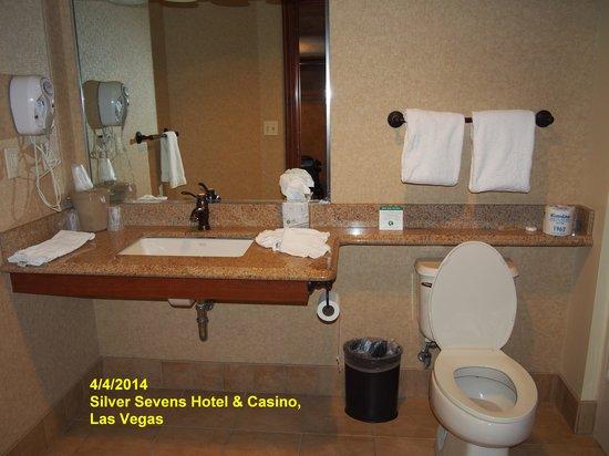 Silver Sevens Hotel & Casino: Clean Toilet