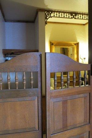 Big Texan Motel: Doors to bathroom