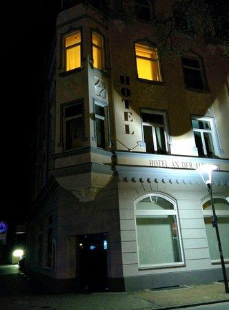 Hotel An der Altstadt: Вид фасада ночью