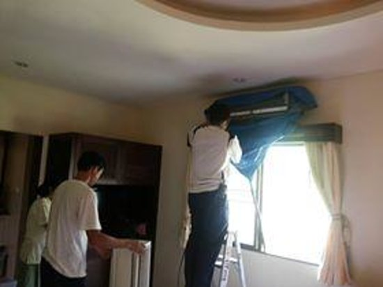 Thai Garden Resort: 4 guys in my room round 2 of servicing the ac