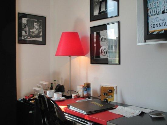 angelo by Vienna House Prague: Schreibtisch mit Kaffeeecke