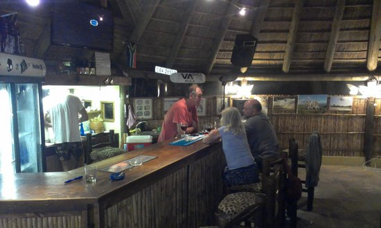 Fairy Knowe Backpackers Lodge: Cosy bar with owner Digby talking to guests