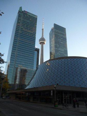 CN Tower: Entre os Prédios