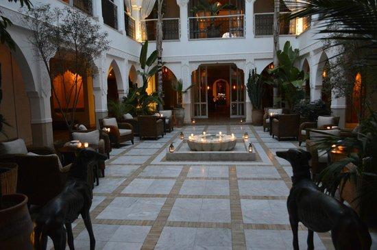 Riad Villa Blanche : Courtyard at night