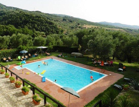 Terradura, Włochy: la piscina vista dal terrazzo del casale