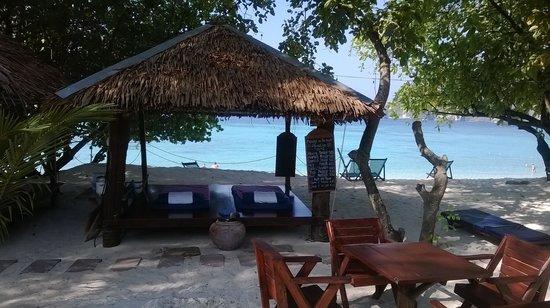 Paradise Resort Phi Phi : massage area on the beach