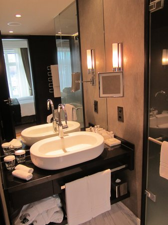 Hotel Schweizerhof: Deluxe bathroom / walk-in shower