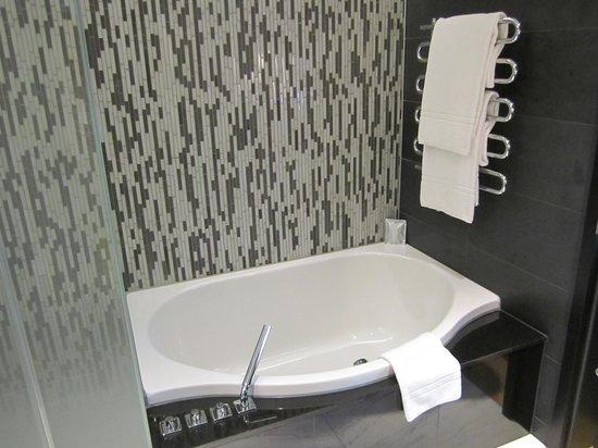 Hotel Schweizerhof: Deluxe bathtub