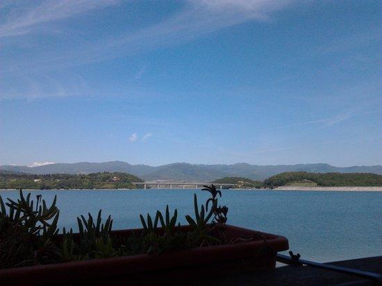 Bahia Cafe : ..vista lago dal tavolo..