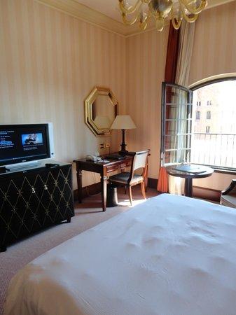 Hilton Molino Stucky Venice Hotel: TV, Desk and seating area.