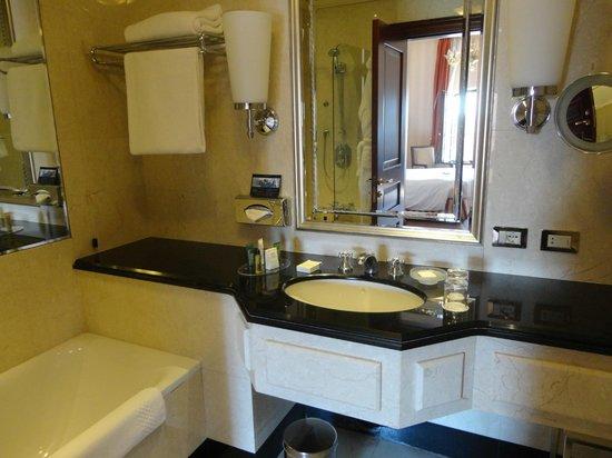 Hilton Molino Stucky Venice Hotel: Good size bathroom with bath and shower.