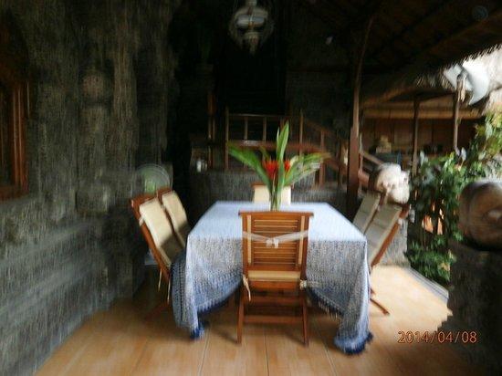 Aahh Bali Bed & Breakfast : table petit déjeuner