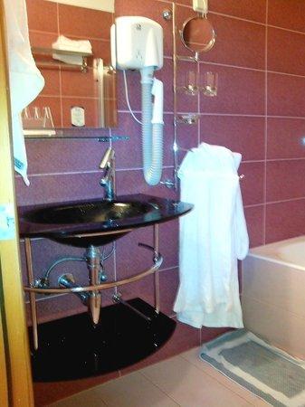 Heliotrope Hotels: μπανιο, με ατομικά είδη και σεσουαρ μαλλιών