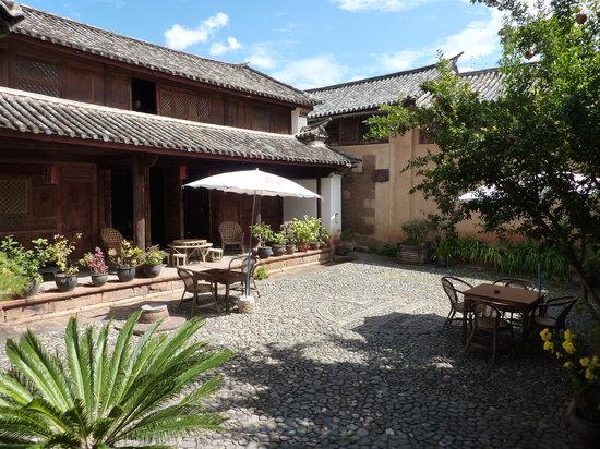 Shaxi Laomadian Lodge : Laomadian courtyard