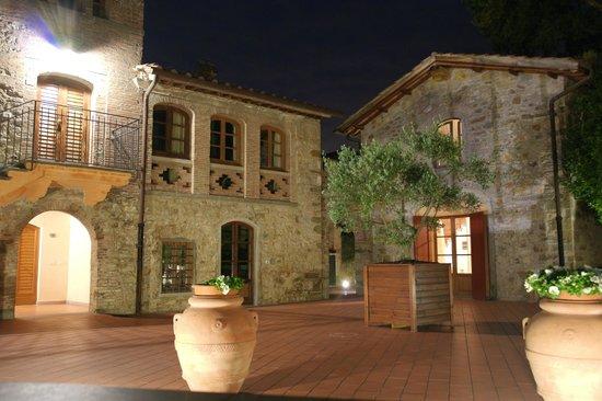 Hotel Villa Campomaggio Resort & Spa: Dalla corte, in notturna