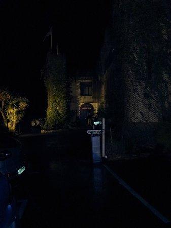 Abbeyglen Castle Hotel : Hotel front at night