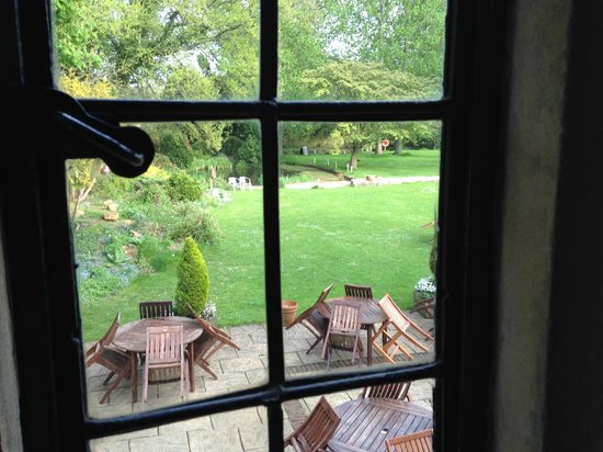 The Slaughters Country Inn : View of Patio and Garden