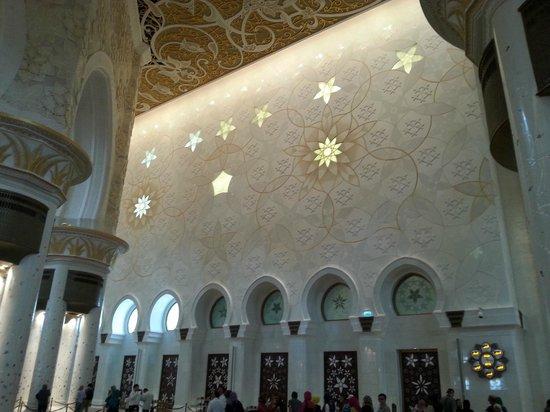 Sheikh Zayed Grand Mosque Center: Inner View