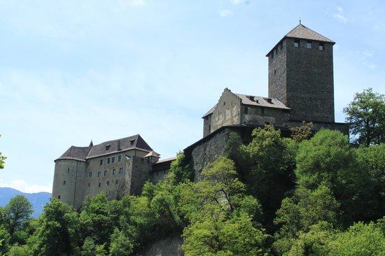 Schloss Tirol - Südtiroler Museum für Geschichte: Beim Aufstieg zum Schloss