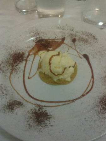 Albergo La Rocca: dessert tortino di nocciole e gelato alla vaniglia