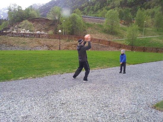 Kinsarvik Camping: Во дворе коттеджа с сауной...