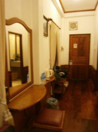 Villa Chitdara: Narrow table