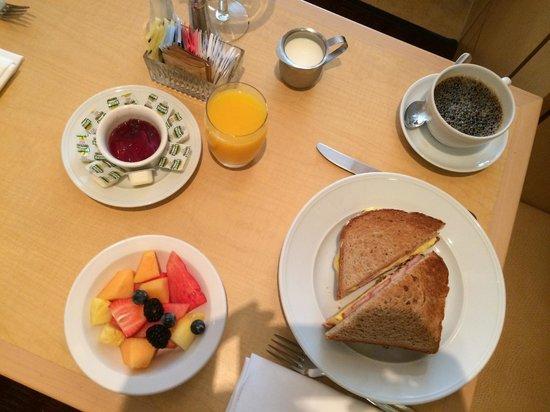 Orchard Garden Hotel: Breakfast