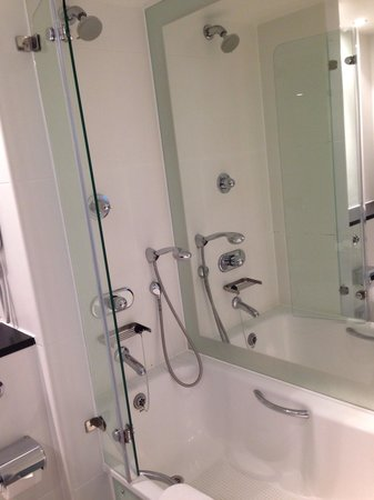 Park Plaza Leeds: Nice clean bathroom