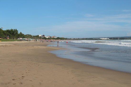 Melasti Legian Beach Resort & Spa: Legian Beach looking towards Kuta