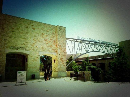 Henry B. Gonzalez Convention Center: テキサスっぽい外観