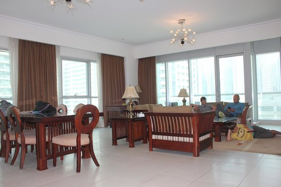 Marina Hotel Apartments : Huge living room