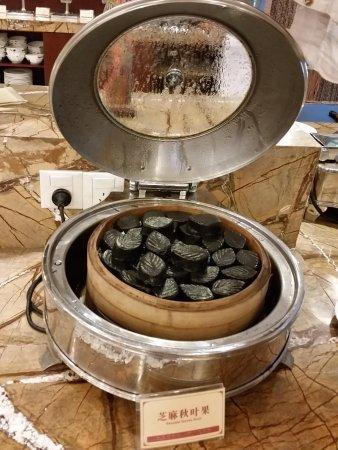 Zijin County, Kina: На завтрак - китайская еда. Черные листочки - на десерт(=