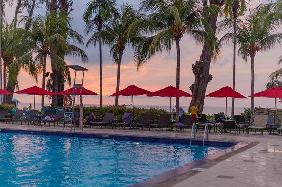 Holiday Inn Resort Penang: Poolside facing the Beach