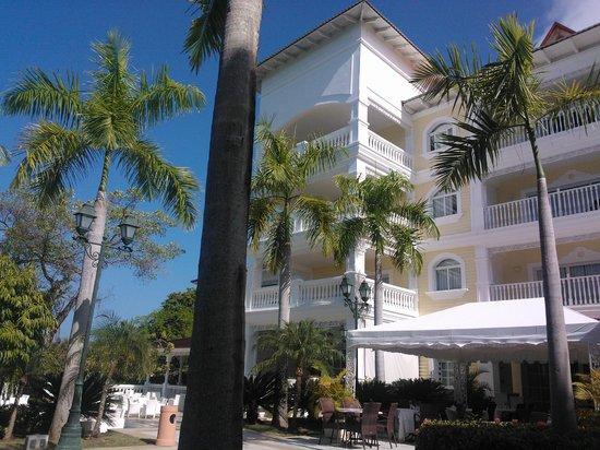 Luxury Bahia Principe Cayo Levantado Don Pablo Collection: outside lobby