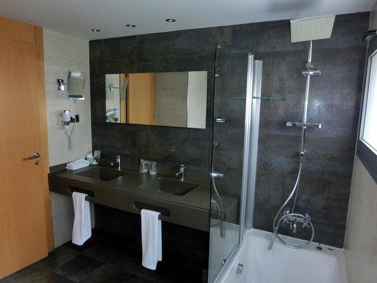 Hotel Spa Niwa: Baño de la habitación superior