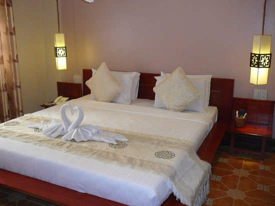 Long Life Riverside Hotel : duże łóżko
