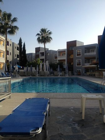 Damon Hotel Apartments: Pool area