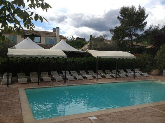 Auberge des Pins: vue tonnelle piscine 2014