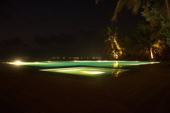 Taj Exotica Resort & Spa: Pool in the night