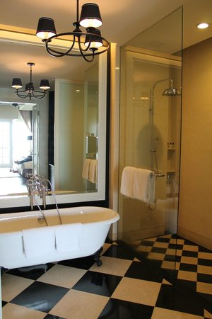 Eastern & Oriental Hotel: Our Victory Annexe Studio Suite - bathroom.