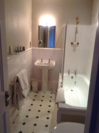 Hatton Court Hotel: bathroom