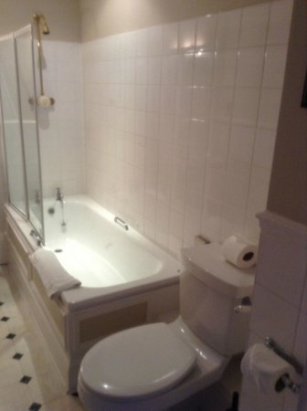 Hatton Court Hotel: shower/bath
