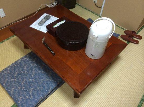 Ryokan Kamogawa : Table (Teapot, Teacups, Water boiler)